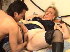 Fat mature gets deep fisting in bed